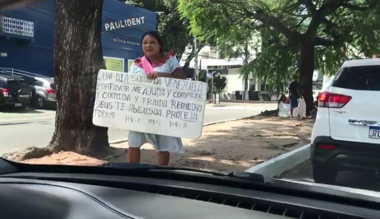 Vídeo mostra venezuelanos refugiados pedindo dinheiro em semáforos de Natal