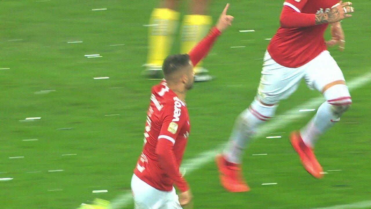 Gol do Internacional! Após confusão na pequena área, Nico López aparece para empatar, aos 30' do 1º tempo
