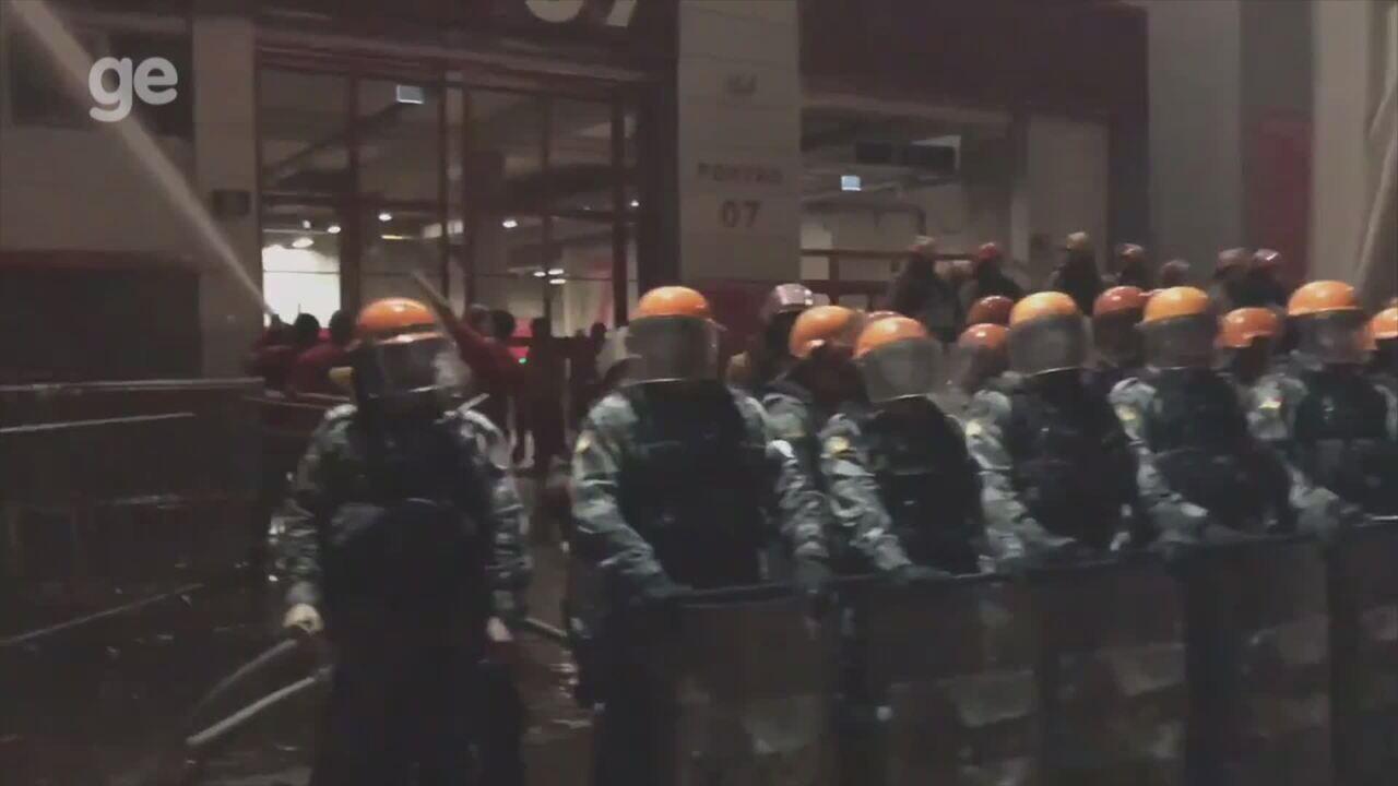 Torcedores protestam após vice da Copa do Brasil e entram em confronto com polícia