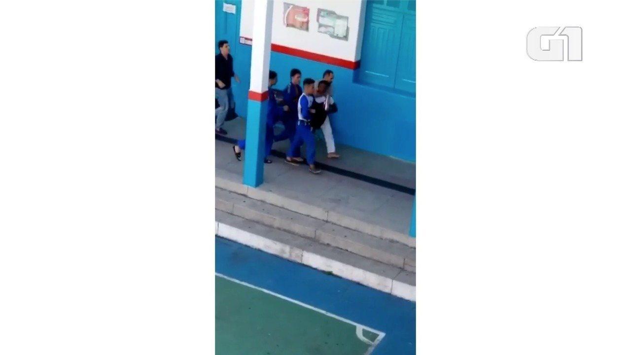 Vídeo mostra estudantes e funcionários carregando assaltante rendido dentro de escola em N