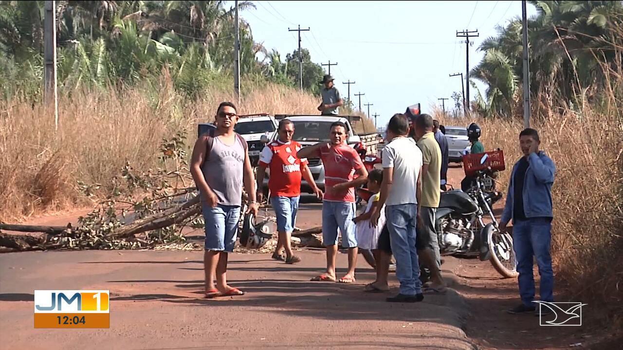 Manifestantes bloqueiam rodovia estadual durante protesto no MA