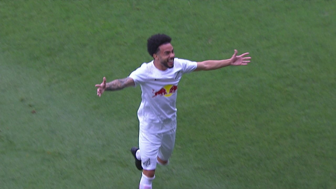 Claudinho cobra falta direto para ao gol e surpreende goleiro do Londrina