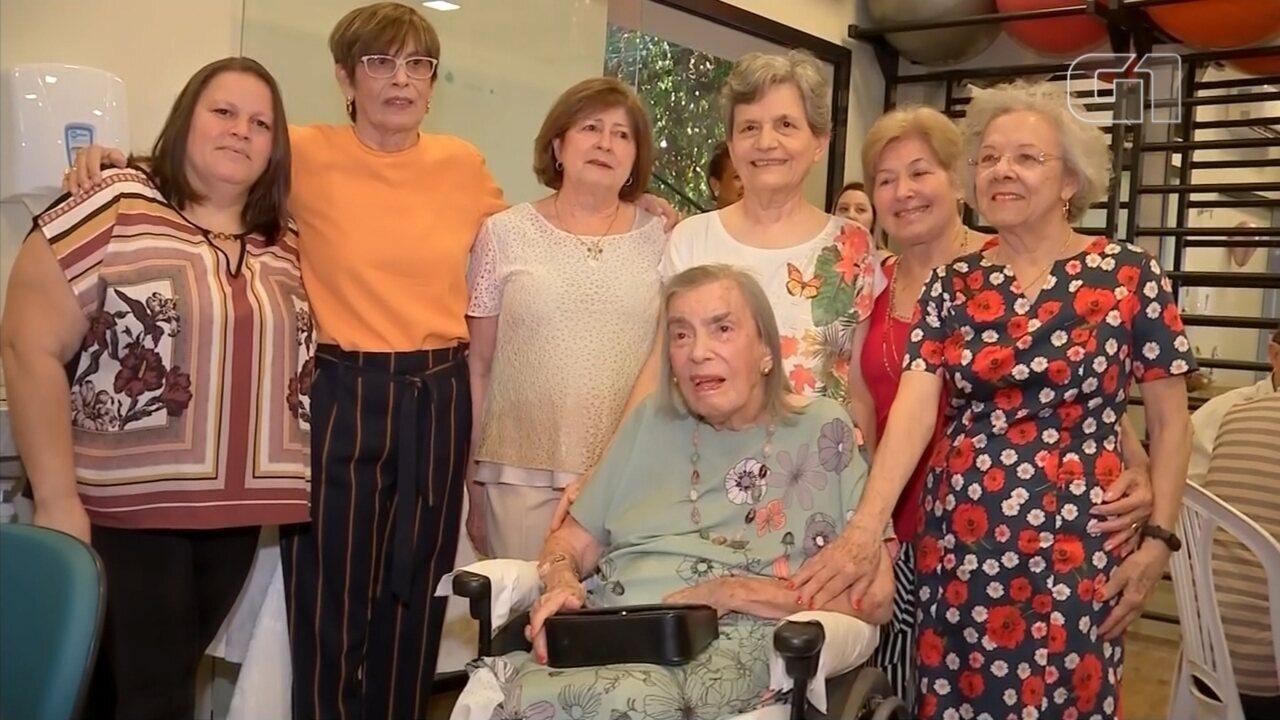 Idosa de 105 anos ganha festa em centro de fisioterapia em Bauru