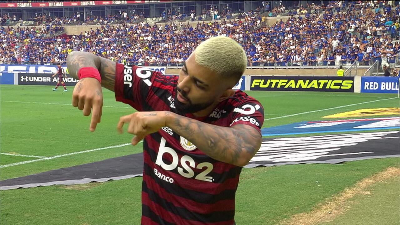 Com gols de Gabigol e Arrascaeta, Flamengo vence o Cruzeiro, chega a sétima vitória seguida e se mantem líder do Brasileirão