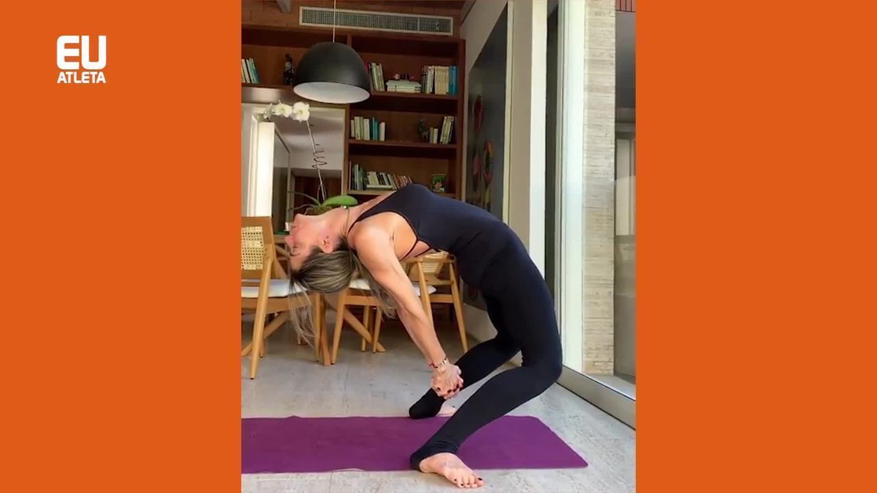 Adriana Camargo demonstra exercício que só é possível graças ao apoio e fixação dos pés