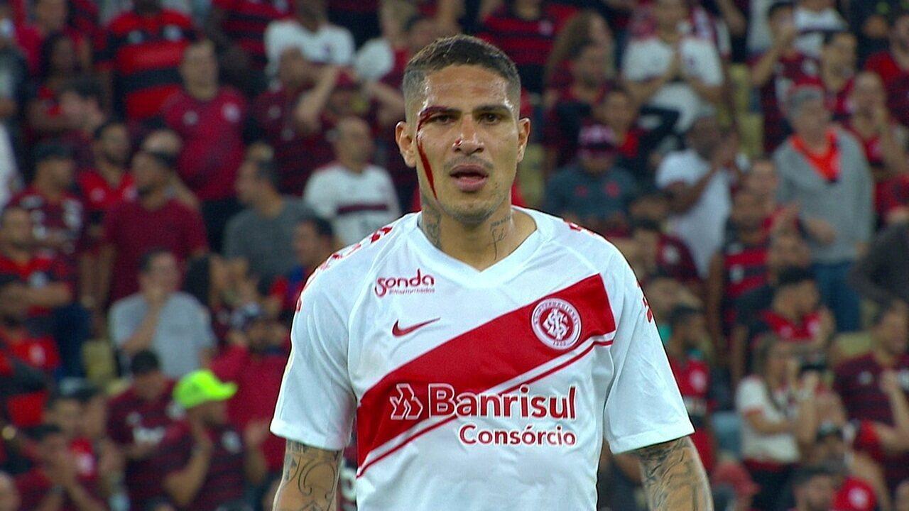Expulso! Guerrero recebe cartão vermelho por reclamação após sofrer corte em dividida aos 43 do 1º tempo