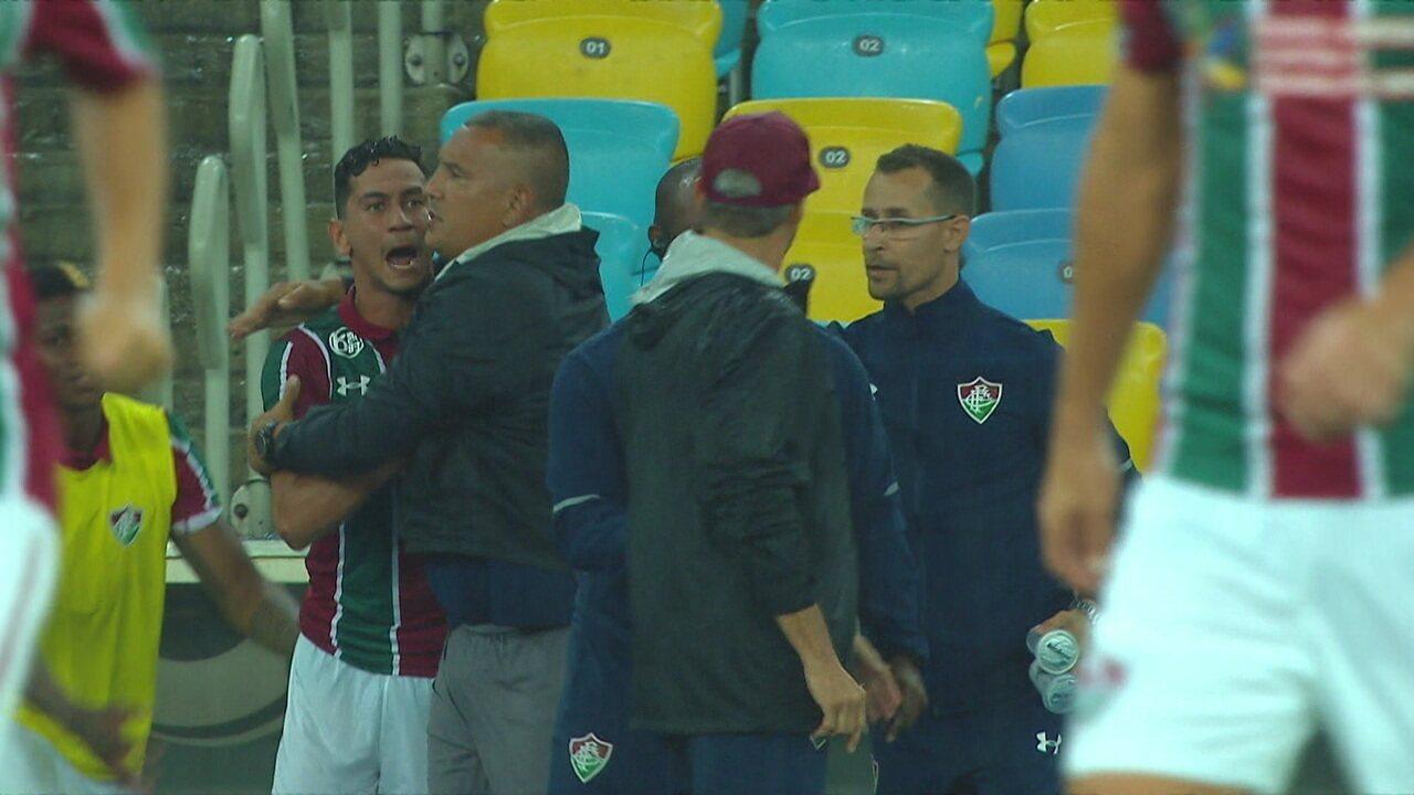 Ganso sai bastante irritado e xinga o técnico Oswaldo de Oliveira, aos 18' do 2º tempo