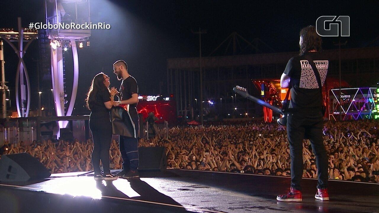 Foo Fighters recebe casal de fãs no Palco Mundo do Rock in Rio