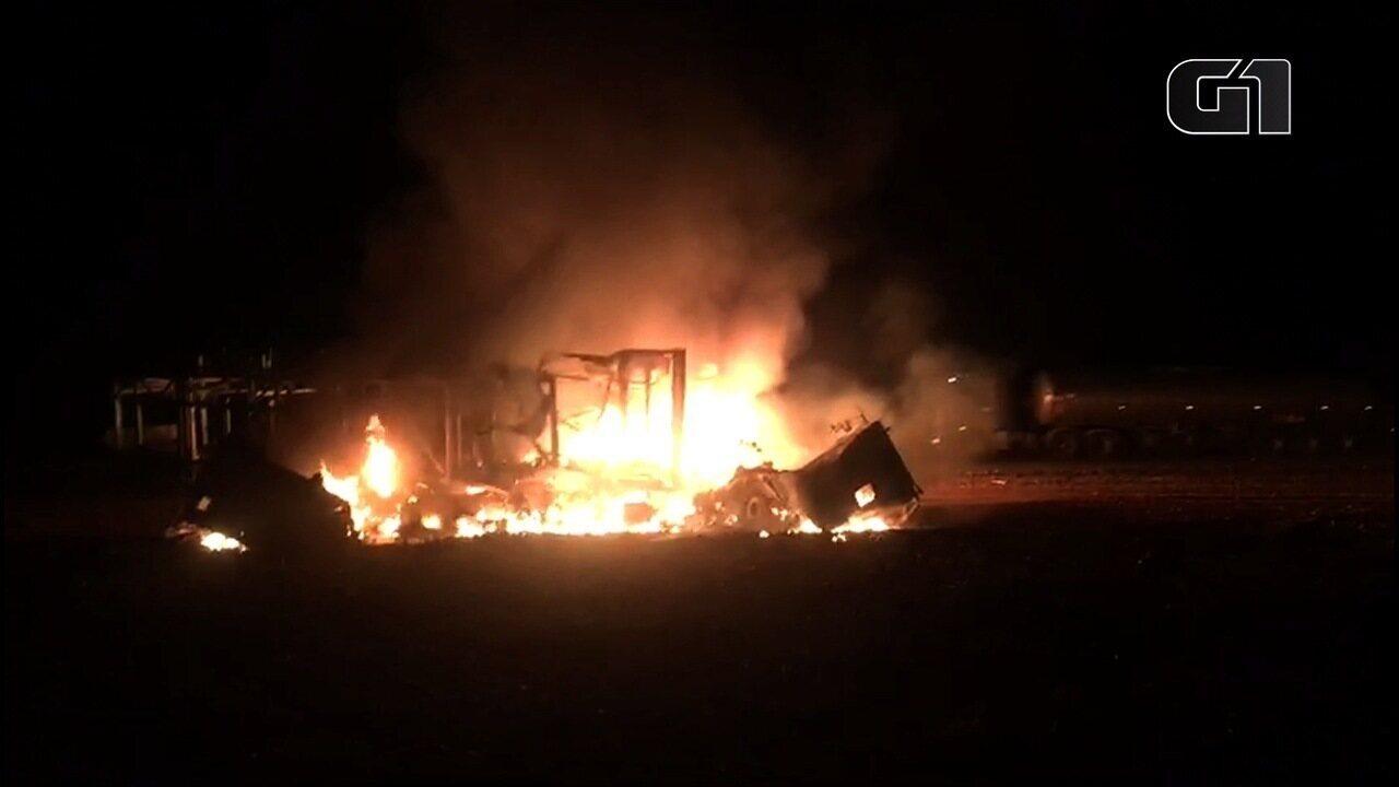 Acidente entre três veículos mata dois caminhoneiros e deixa casal ferido na BR-364