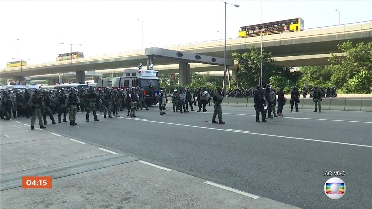 Manifestantes e policiais entram em confronto em Hong Kong
