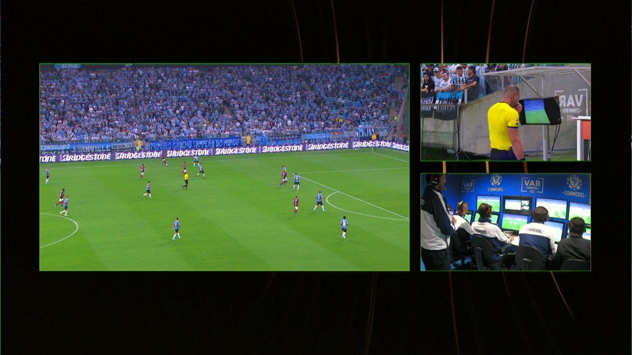 Anulado! Kannemann reclama de ter sido empurrado por Gabigol e o VAR marca anulando o gol, aos 21 do 1º tempo