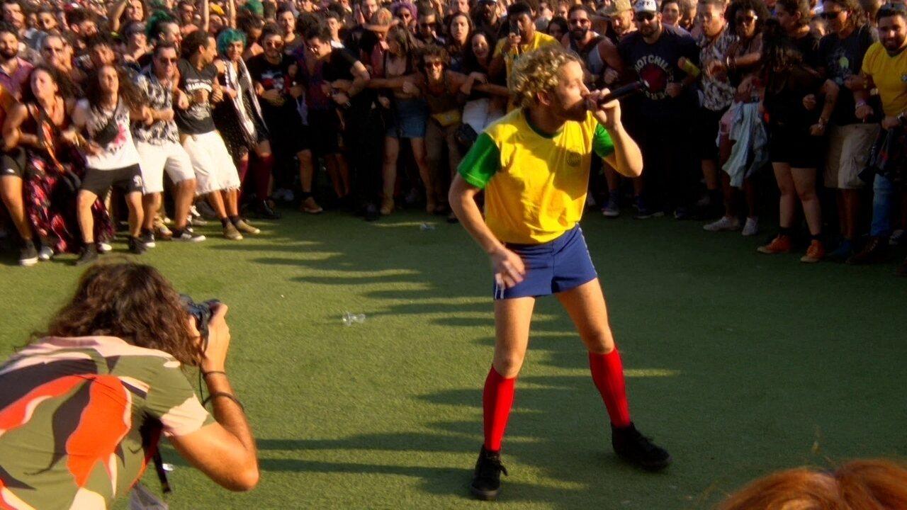 Cantor do Francisco El Hombre canta no meio do público no Rock in Rio