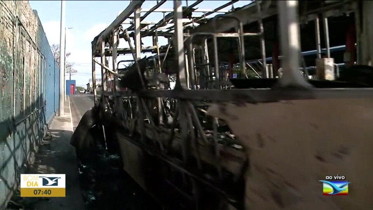 Ônibus pega fogo dentro de terminal em São Luís