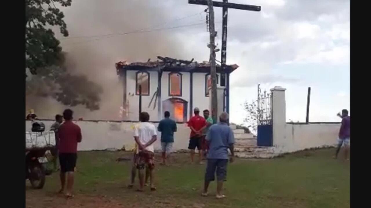 Incêndio atinge capela histórica em distrito de Diamantina, em MG