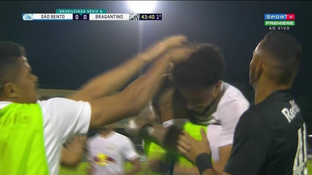 O gol de falta de Claudinho que abriu a vitória por 3 a 0 diante do São Bento