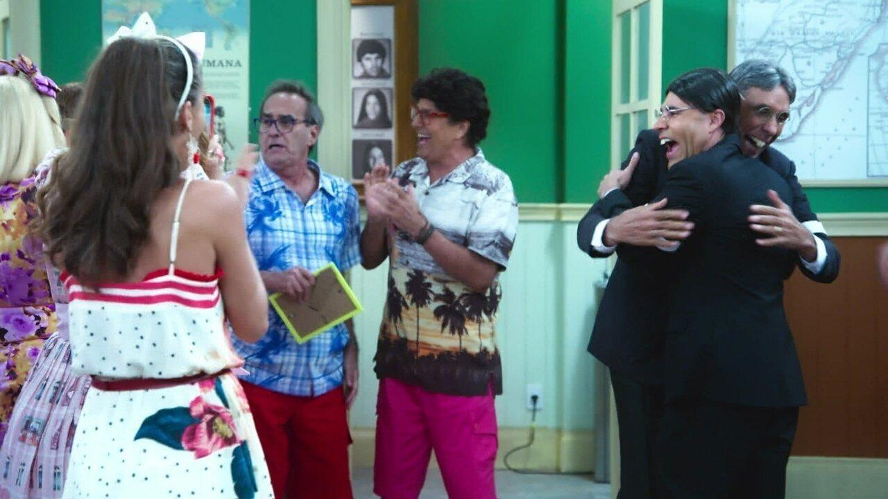 Seu Batista e Armando Volta discutem sobre que gosta mais do Professor Raimundo