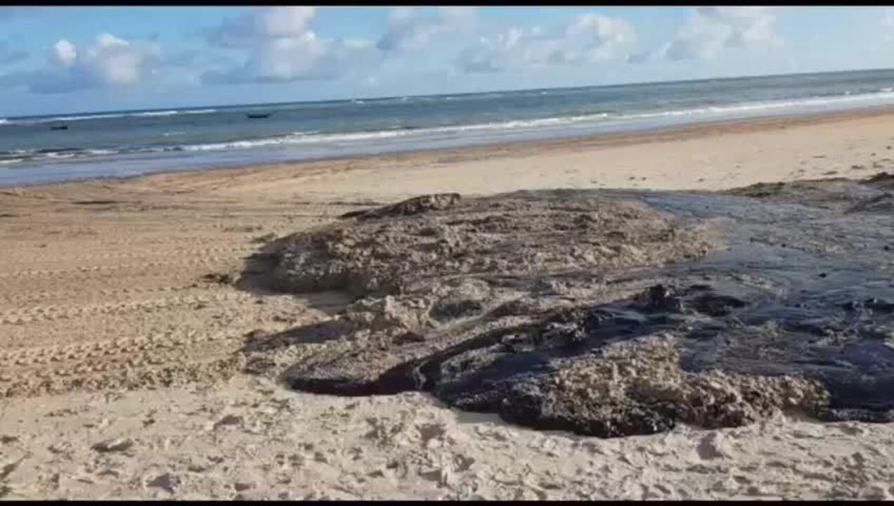 Vídeo mostra limpeza de mancha de óleo na Lagoa do Pau, em Coruripe