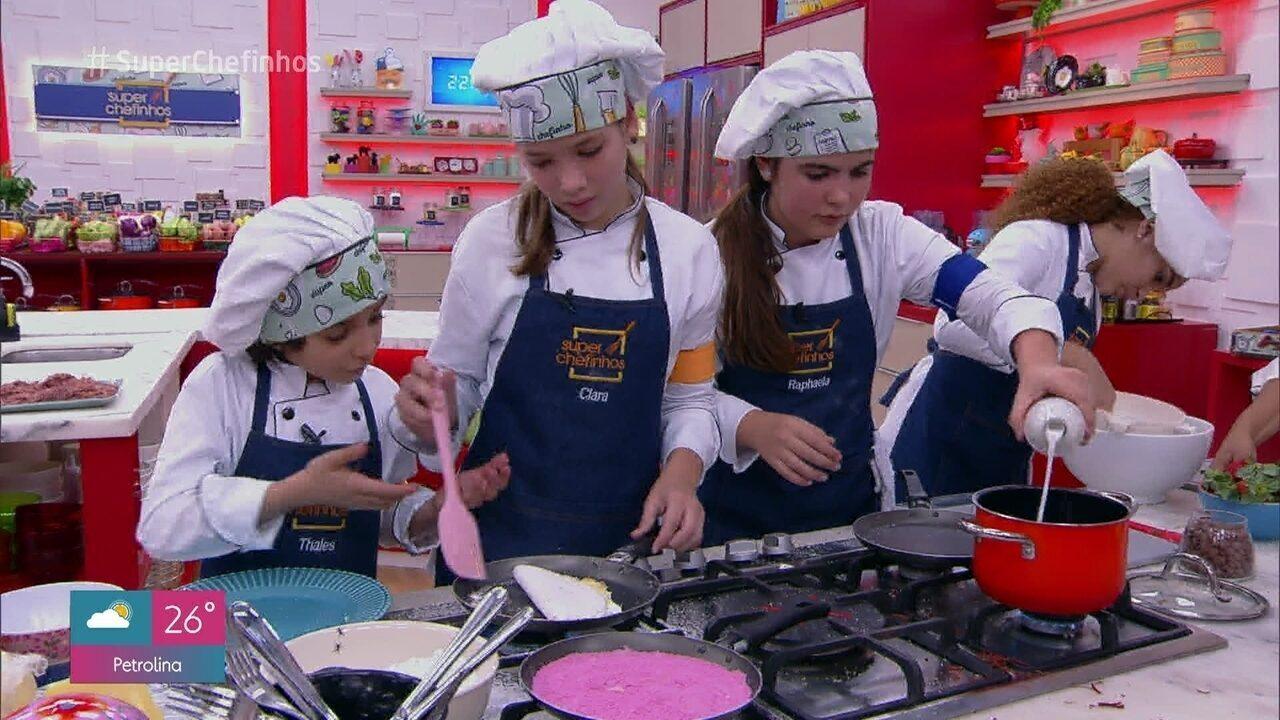 Crianças preparam tapiocas doces e salgadas