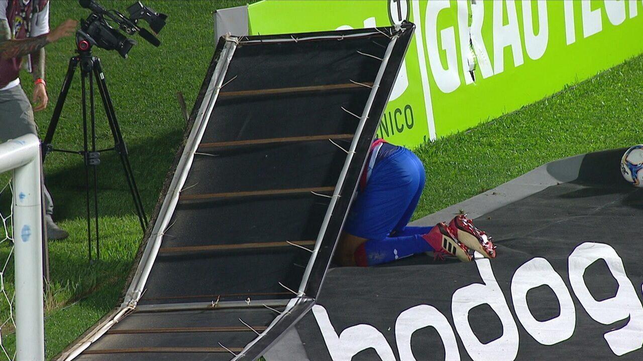Rodolfo protege saída de bola, tropeça em publicidade e vai parar nas placas