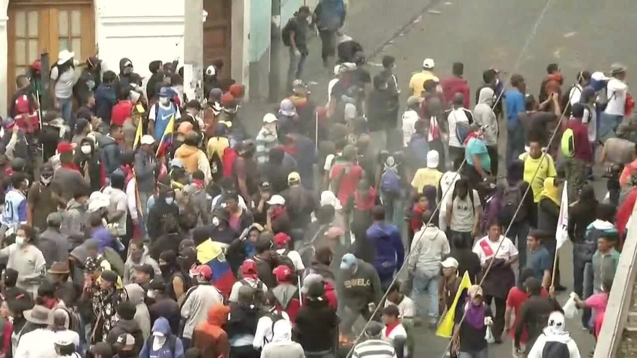 Manifestantes e policiais entram em confronto em Quito, no Equador