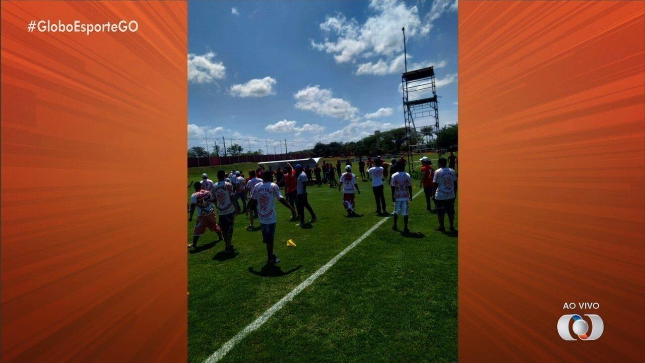 Torcedores invadem CT do Vila Nova durante treinamento