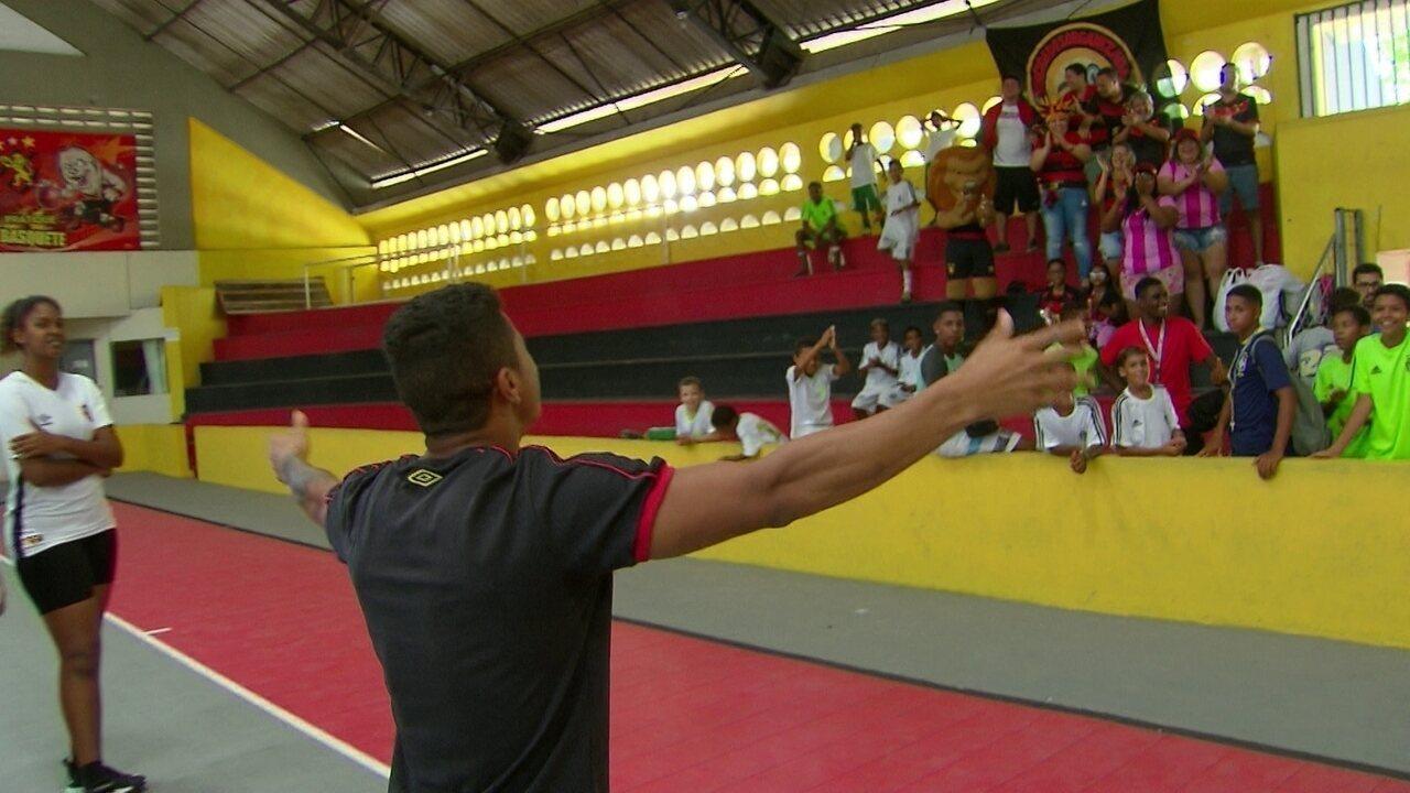 Ex-jogador do Palmeiras, Yan mostra talento no basquete