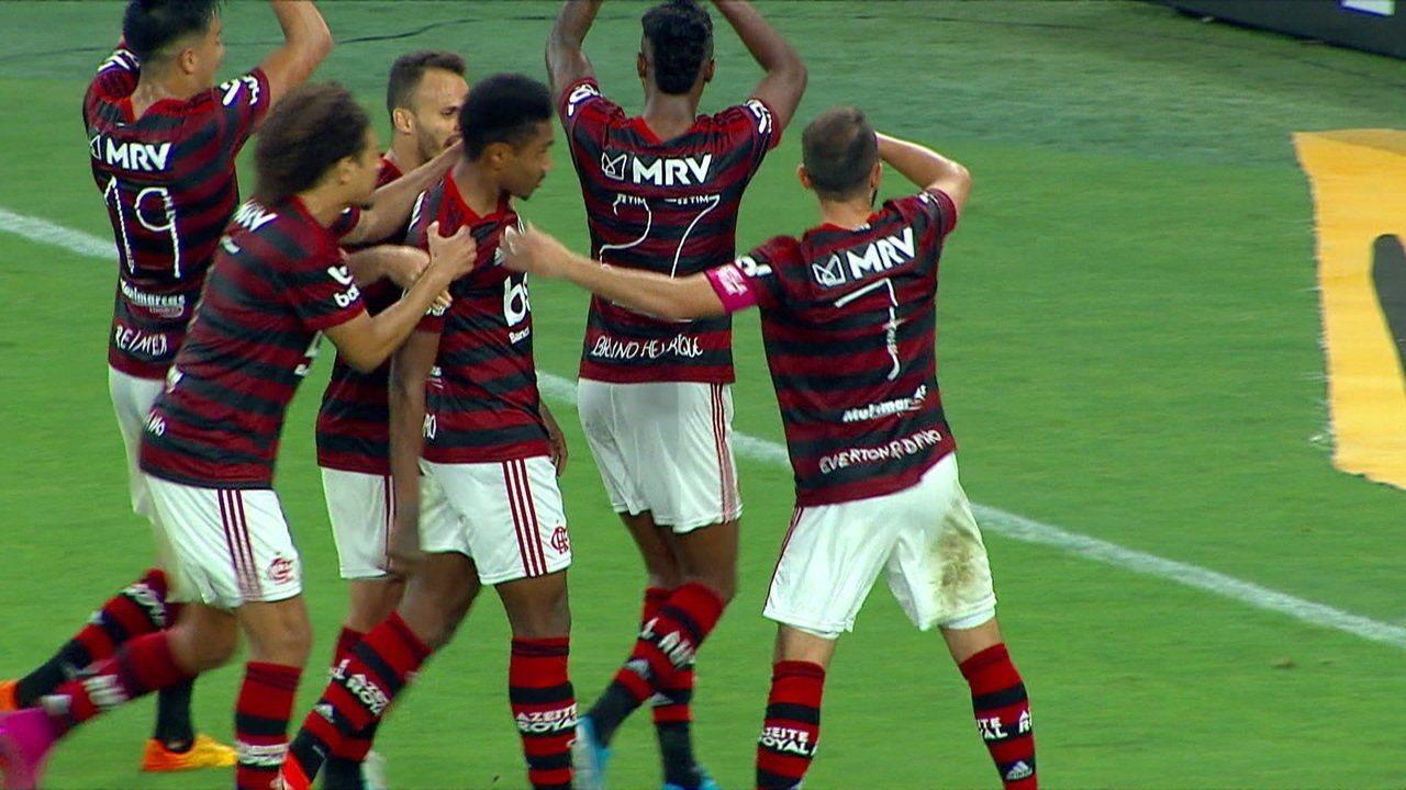 Gol do Flamengo! Vitinho avança pela esquerda, tira da marcação e bate no canto de Wilson, aos 14 do 2º