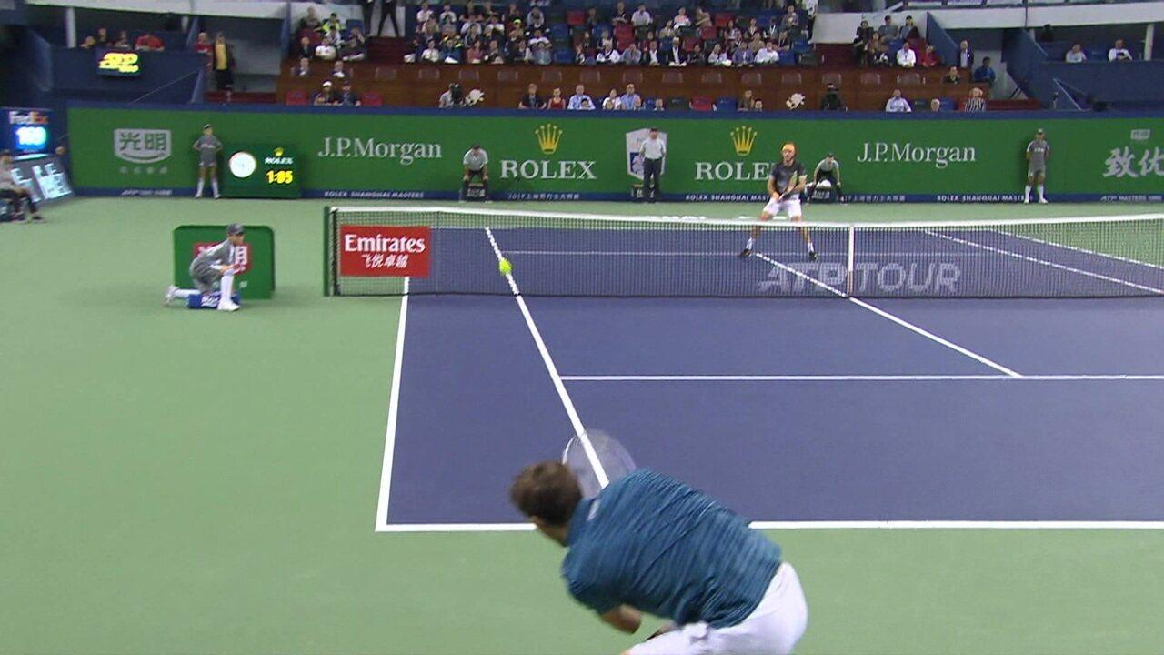 Daniil Medvedev dá passada espetacular sobre Stefanos Tsitsipas no Masters 1000 de Xangai