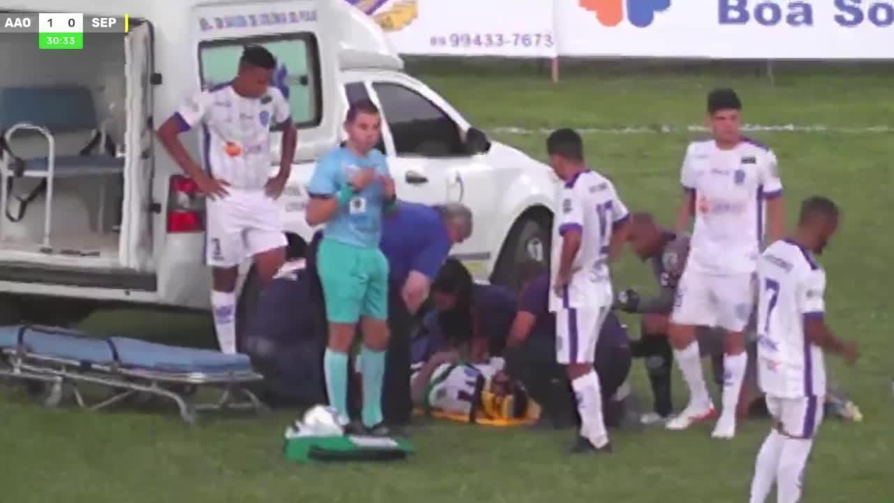 Atacante do Oeirense sofre pancada na cabeça e desmaia em campo