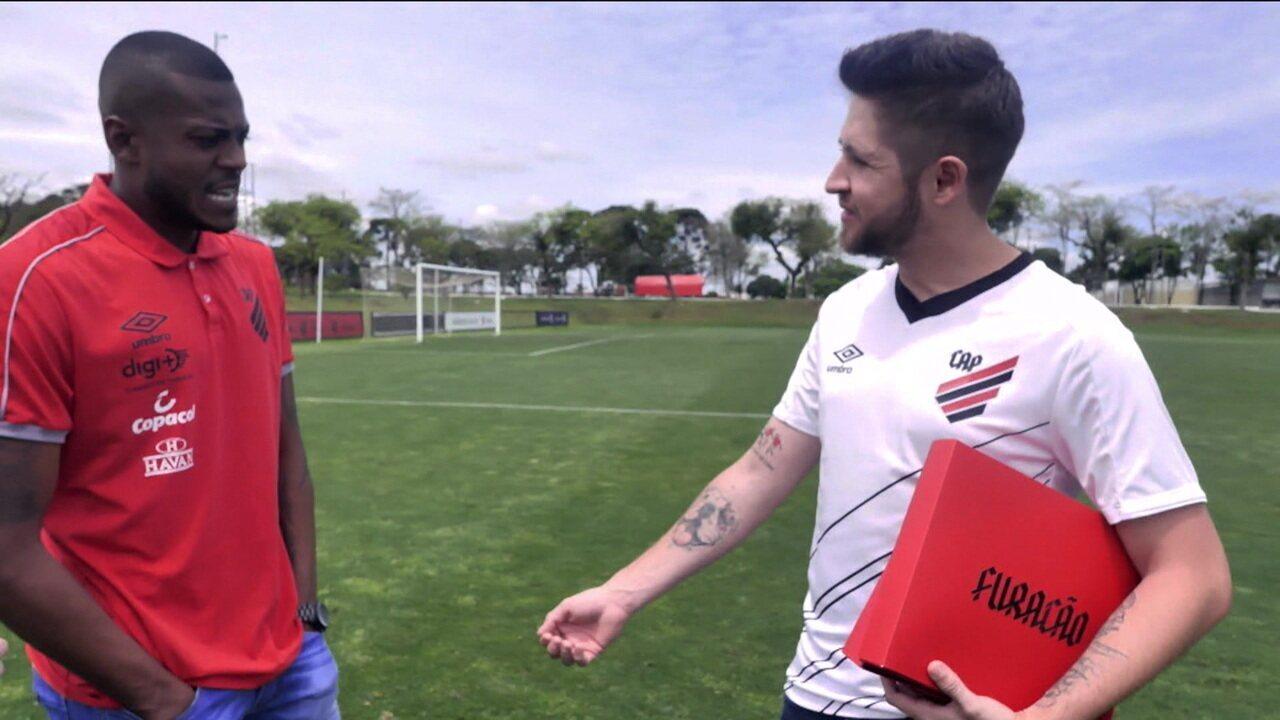 """Perto de saída do Athletico-PR, Cirino encontra torcedor que tatuou sua """"jogada mágica"""""""