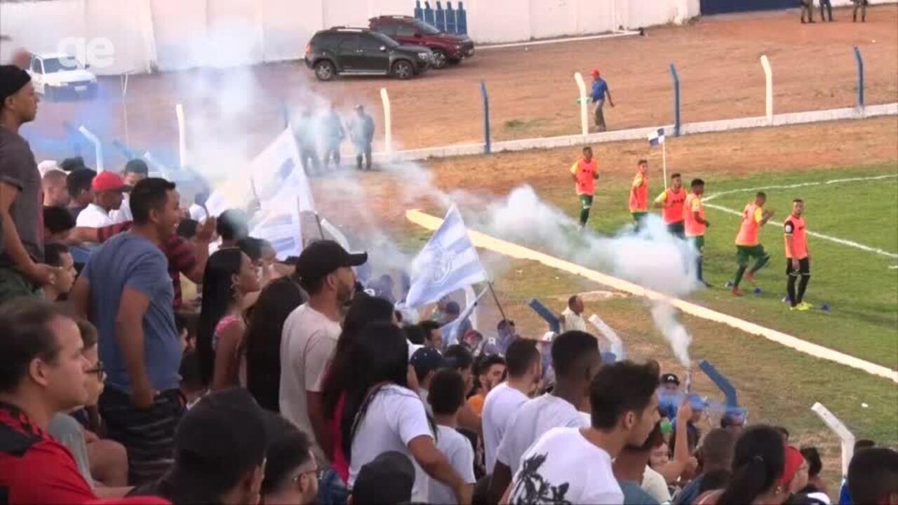 Torcida do Oeirense usa sinalizadores e partida é interompida
