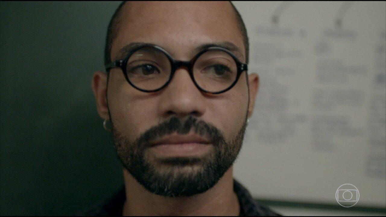 Marco André perde a paciência em sala de aula