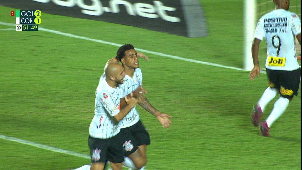 Gol do Corinthians! Gustavo cobra o pênalti e empata o jogo, aos 51 do 2º tempo