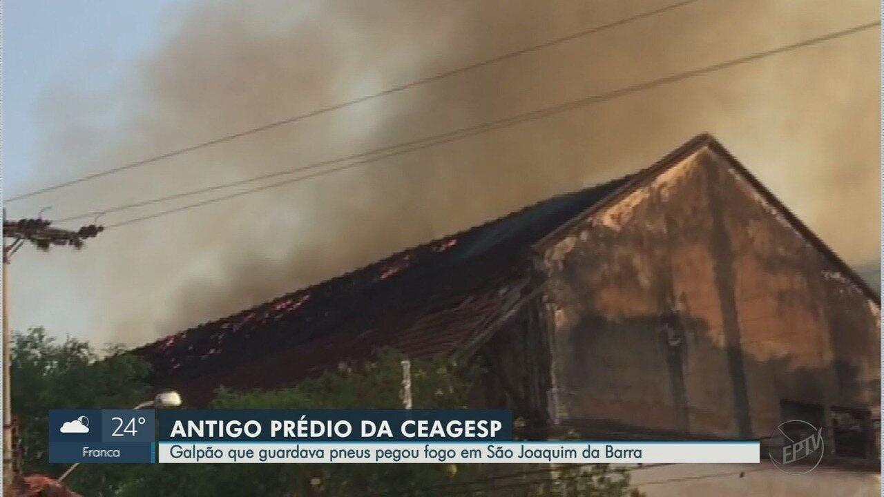 Galpão que guardava pneus pega fogo em São Joaquim da Barra, SP