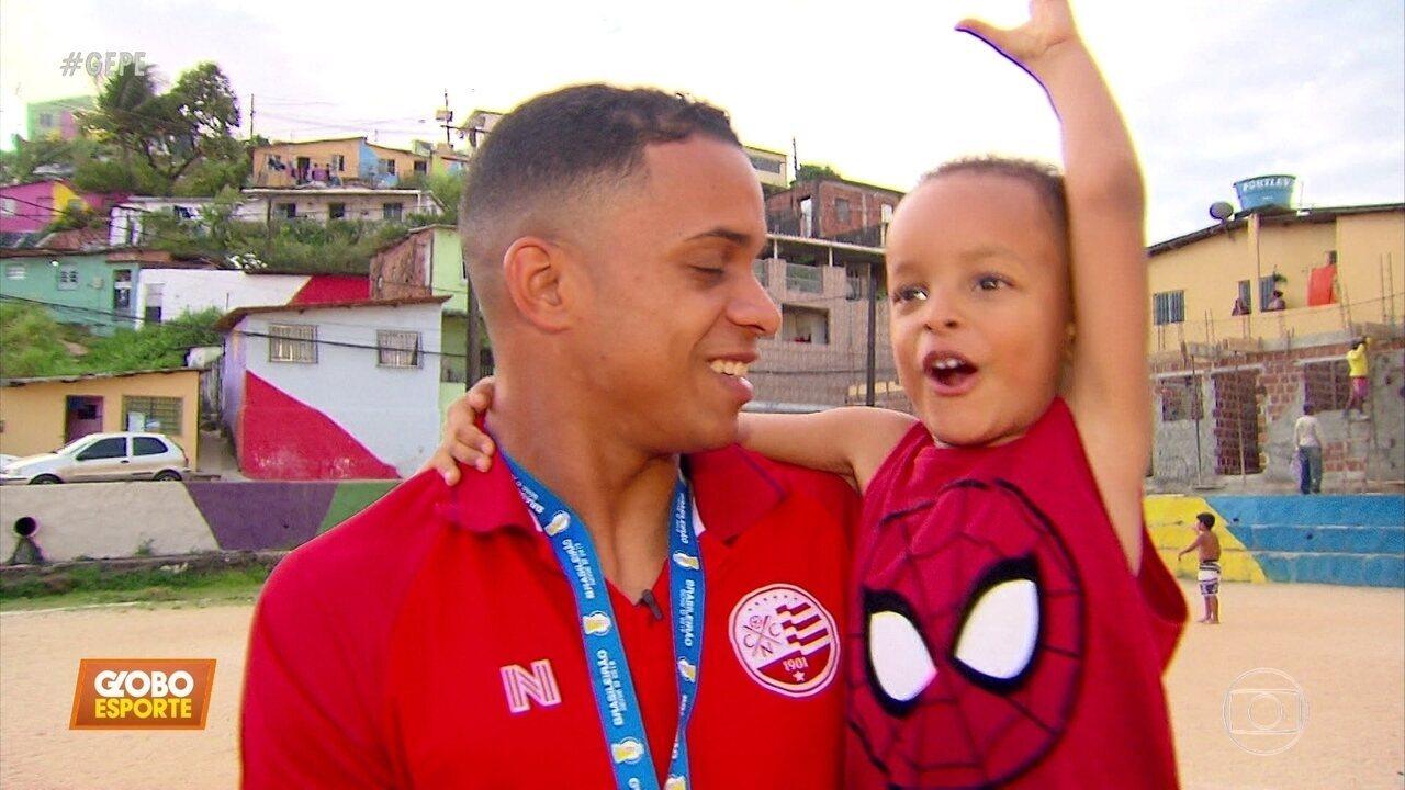 Álvaro, o homem dos gols decisivos do Náutico, curte férias no Recife com família