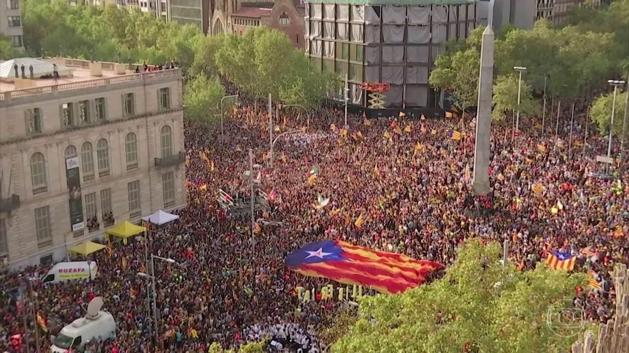 Mais de 500 mil pessoas vão às ruas contra a prisão de líderes do movimento catalão
