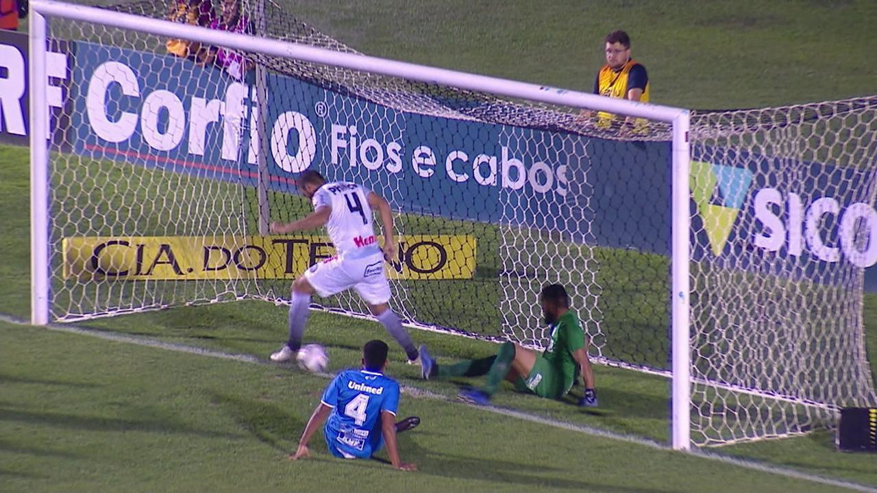 Edson Borges perde chance incrível após escanteio, em 00' do 2ºT
