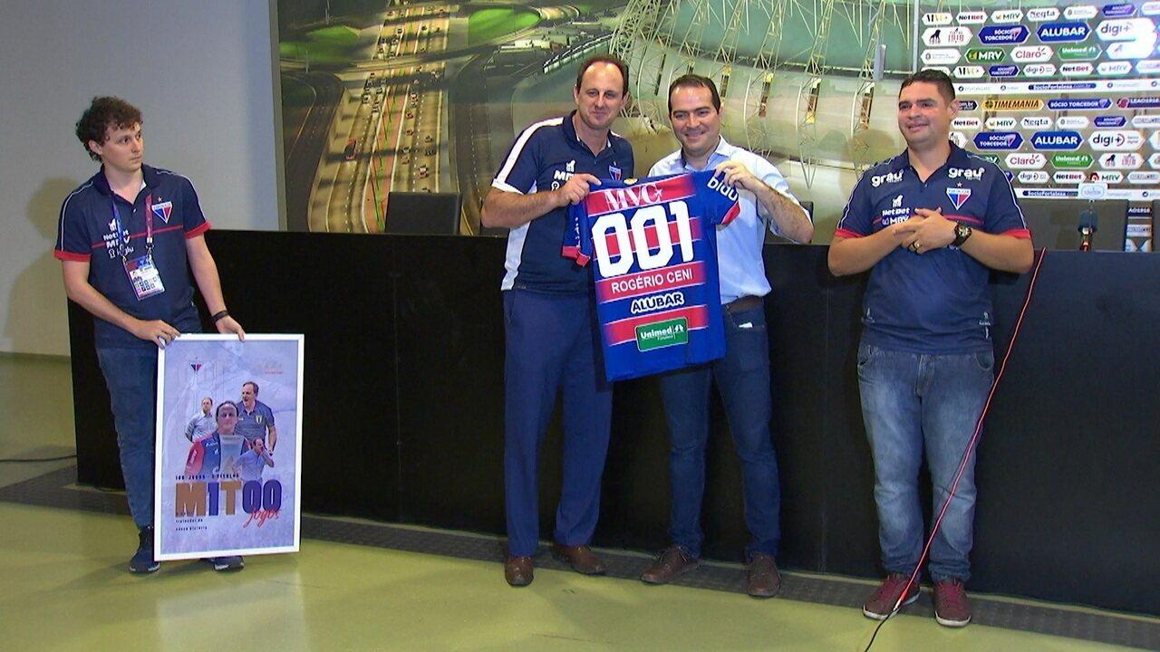 Rogério Ceni completa 100 jogos no Fortaleza e recebe uma placa e camisa pelo presidente Marcelo Paz
