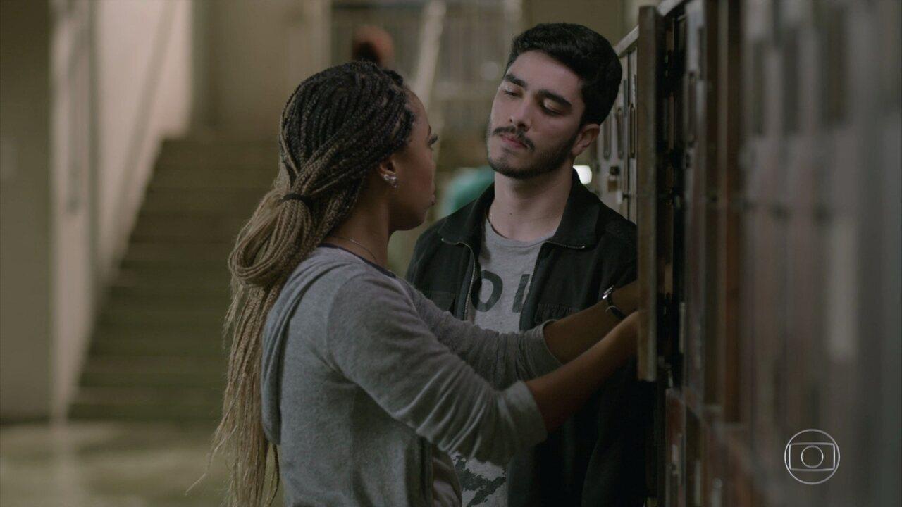 Léo assedia Gislaine