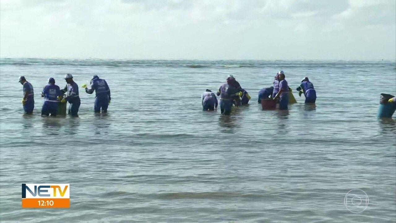 Praias de Jaboatão dos Guararapes são atingidas por manchas de óleo