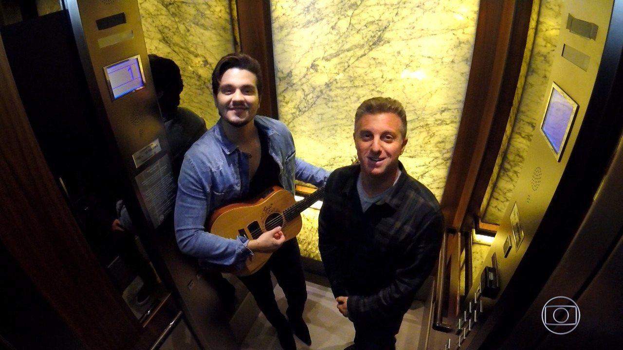 Huck e Luan Santana surpreendem pessoas no elevador