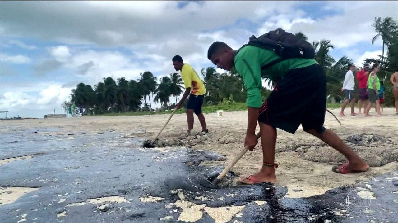 Óleo que se espalhou pelas praias do Nordeste pode causar irritações e alergias