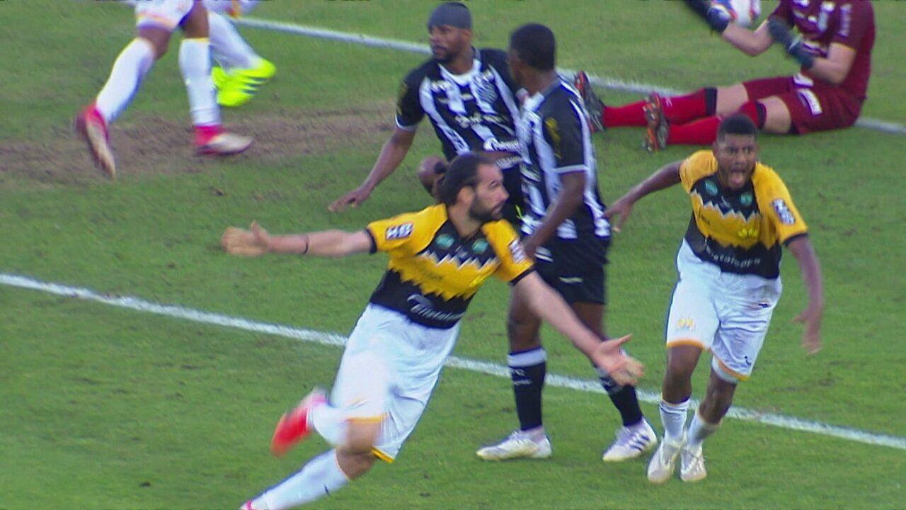 Gol do Criciúma! Marlon cobra falta na área, Léo Gamalho fica com a sobra e empata aos 45 do 2º tempo