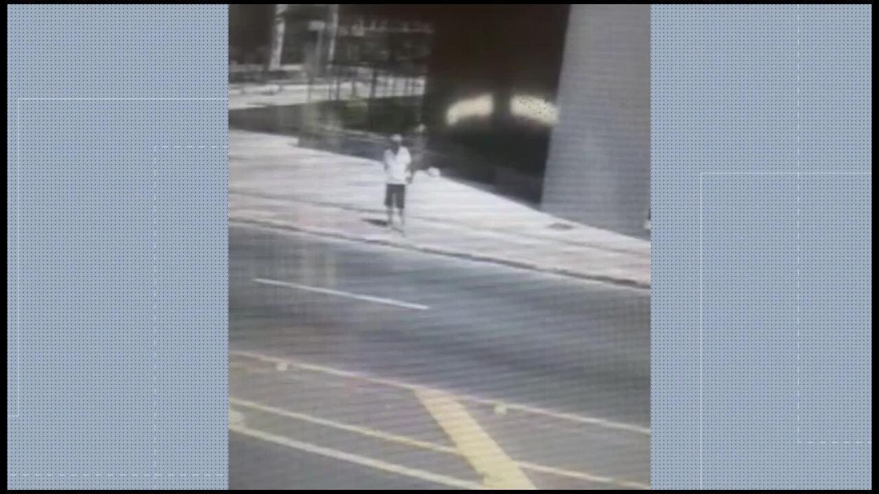 Comerciante corre atrás de suspeito após ter o celular roubado no Centro de Vitória