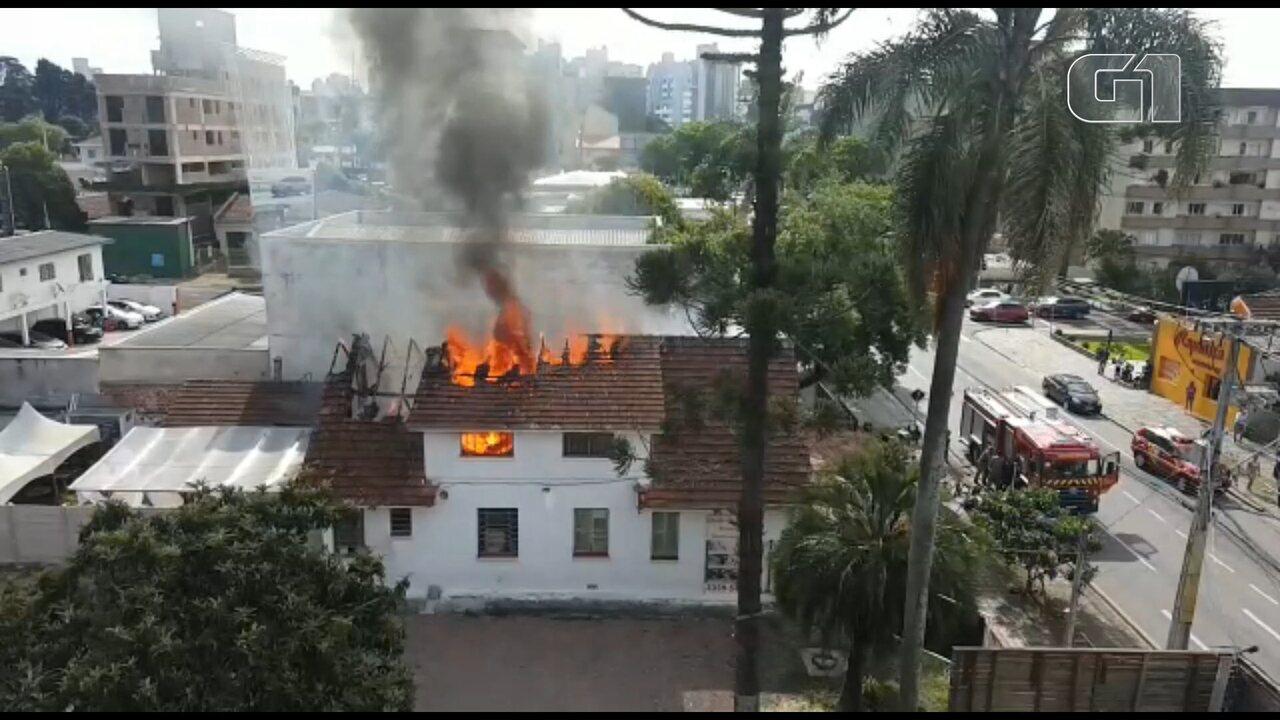 Incêndio atinge restaurante no Alto da XV, em Curitiba; VÍDEO