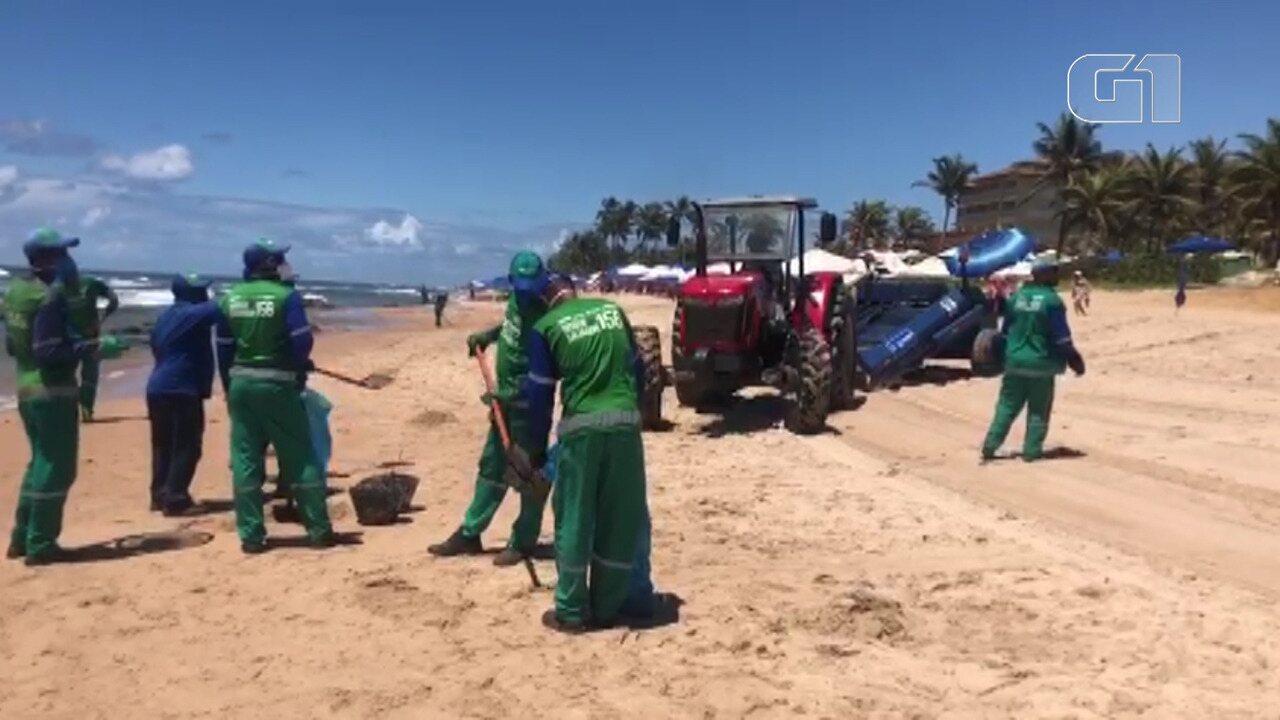 VÍDEO: Manchas de óleo chegam à praia Pedra do Sal, nesta segunda, no bairro de Itapuã
