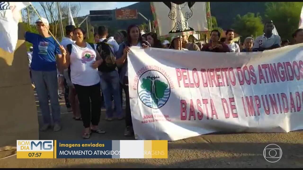 Atingidos por barragens fazem protesto em Mariana