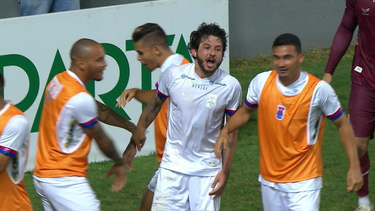 Gol do Paraná! Fernando Neto recebe cruzamento e abre o placar, aos 30' do 2ºT
