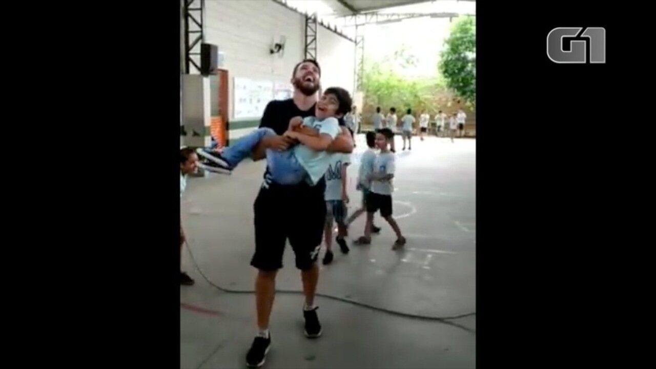 Professor pula corda com aluno cadeirante no colo e viraliza na web