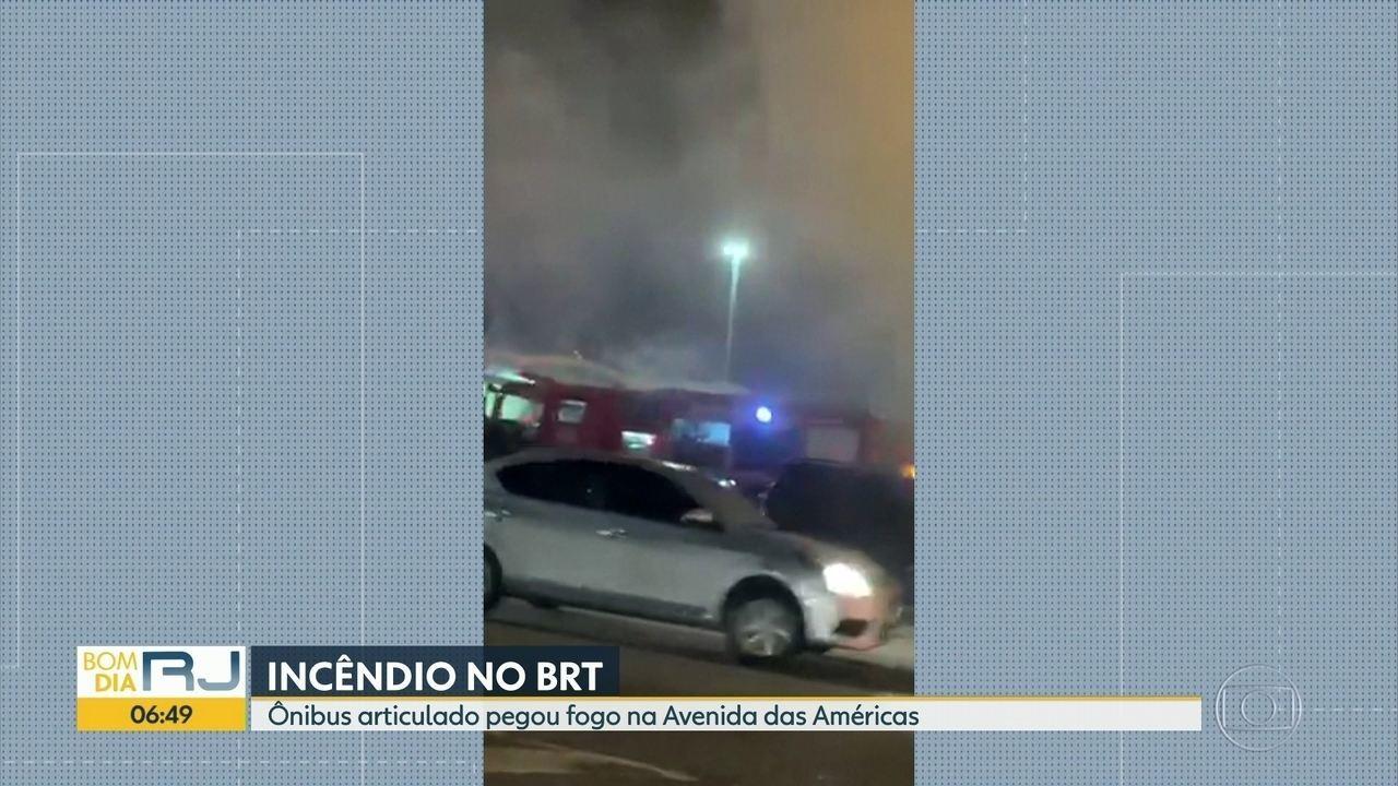 Ônibus do BRT pega fogo, na Barra da Tijuca
